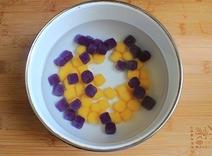 红豆薯圆糖水,将煮好的紫薯圆同样放进冰水里冰一下,而后将两种薯圆捞出控水。