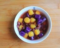 红豆薯圆糖水,将控水后的薯圆放进碗里,浇上红豆糖水即可食用。