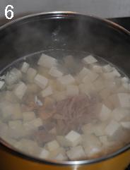 荠菜豆腐羹,倒入腌制好的里脊肉丝,用筷子搅散,煮两分钟。