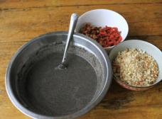 三合泥,准备各种粉料,黄豆粉是炒熟干黄豆后磨成的粉,芝麻也是炒了后磨的。各种粉加水拌成糊状,先小火加热至冒小泡,成三合糊。红枣切小粒,炒花生和干核桃切成细粒