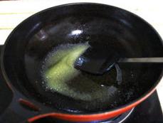 三合泥,锅中放小半碗油,加入糖,小火加热炒化开