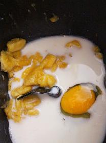 牛油果香蕉面包,面包机筒中依序放入香焦泥+全蛋+糖浆+糖+盐+鲜奶,稍做搅拌后,入高粉+全麦面粉,顶部放置酵母,开始搅拌动作约15分钟,后加盖静置约10分钟