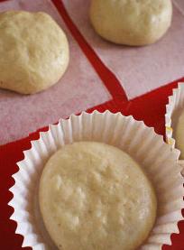 牛油果香蕉面包,朝下放入可烘焙面包纸膜中(或烤焙紙)