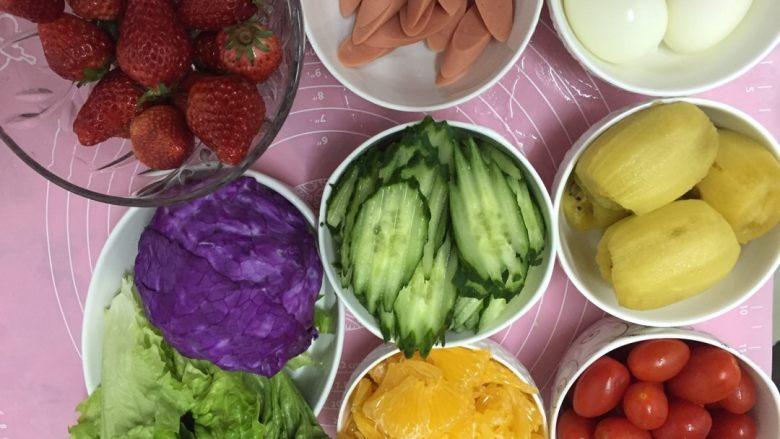 蔬菜水果沙拉,准备食材,各种蔬菜水果洗净切片备用。