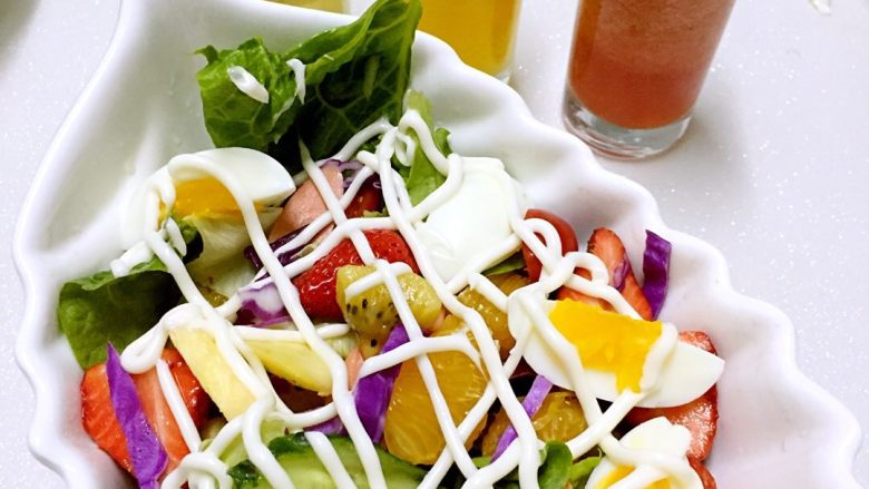 蔬菜水果沙拉,挤上<a style='color:red;display:inline-block;' href='/shicai/ 4856'>沙拉酱</a>,拌匀即可。