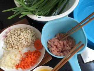 猪肉韭菜盒子,瘦肉剁碎,豆腐红萝卜洋葱切丁,韭菜洗净,鸡蛋打散