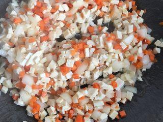 猪肉韭菜盒子,豆腐红萝卜洋葱炒下,加盐味精
