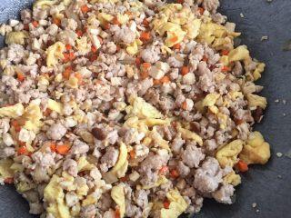 猪肉韭菜盒子,把炒好的步骤2和3加入一起炒,(我有放点6月香豆瓣酱)放点生抽,黑胡椒粉,出锅