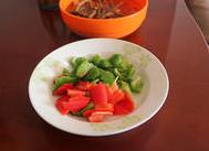 茶树菇烧豆腐 ,青红椒各一个清洗干净后切滚刀块。