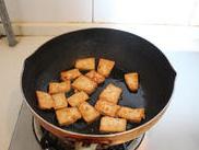 茶树菇烧豆腐 ,平底锅放少量的花生油,将切好的北豆腐煎到两面金黄。