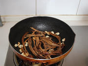 茶树菇烧豆腐 ,放入泡好的茶树中火翻炒2分钟。