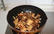 茶树菇烧豆腐 ,放入煎好的豆腐,翻炒均匀。