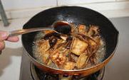 茶树菇烧豆腐 ,翻炒均匀后加适量的水和一小勺的蚝油,盖上盖小火炖一会,待茶树菇变软后大火收汁。