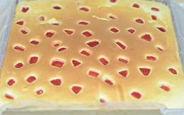 草莓蛋糕卷,放入预热好180度的烤箱中层,烤15分钟左右。