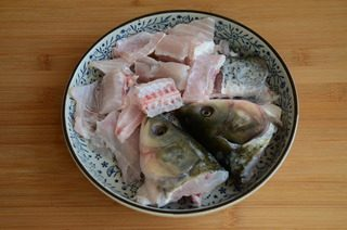 酸菜鱼,剁下来的鱼头,鱼骨和鱼腩切成小块,多抓洗几遍至没有血水,沥干水分
