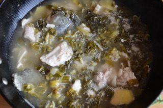 酸菜鱼,淋一点料酒,加入高汤或开水,撒上白胡椒粉,煮开后转中火煮10分钟,可以尝下味道,按自己的口味加盐调味