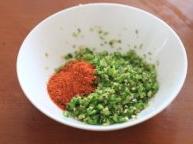 辣椒粑,青椒剁碎,加入辣椒粉和盐;