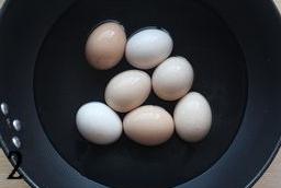 五香茶叶蛋,锅里放水,放入鸡蛋,水没过鸡蛋,大火烧开后转小火煮5分钟左右