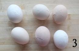 五香茶叶蛋,捞出过凉水,稍凉后将壳敲碎