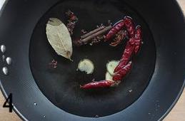 五香茶叶蛋,将八角,香叶,干红辣椒,花椒,生姜放入锅里,加适量水,煮10分钟至香料香味溢出