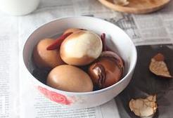 五香茶叶蛋,中火煮30分钟左右,将鸡蛋在酱汁中泡一夜更入味哦