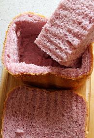 棉花糖甜心吐司,吐司顶部1/3处切下,将使用吐司剩余的2/3
