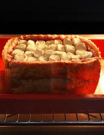 棉花糖甜心吐司,整个吐司入160度C烤箱中,烤焙约13~15分钟,棉花糖表面有微黄焦的状态