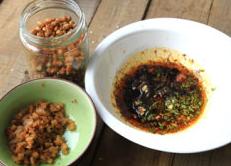 火锅粉,调料碗里再放入蒜末、葱末、醋、花椒末、盐