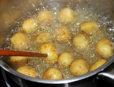 孜然椒盐小土豆,小土豆带皮入水煮熟,不确定的用筷子戳入较大的小土豆中,能轻易插入就可以了