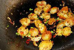 孜然椒盐小土豆,调入味椒盐,撒入青椒碎炒匀即可