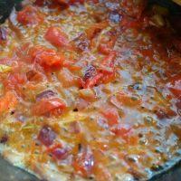 黑椒雞肉披薩,制作披薩前,先做一些披薩醬。做法我在這里簡單寫一下: 材料:西紅柿4個,大蒜5小瓣,洋蔥1/4個,披薩草碎2小勺,橄欖油適量,鹽少量,黃片糖1/3塊。