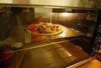 黑橄榄培根虾仁披萨,披萨放入预热好的烤箱中,中层200度20至25分钟,看见饼边沿变色,芝士融化带点儿焦就可以了。