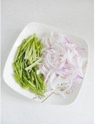 香拌鸡丝,洋葱切丝,香菜摘去椰子,香菜梗切段备用