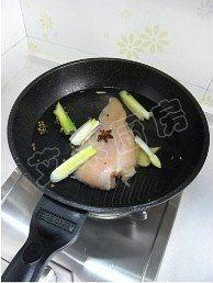 香拌鸡丝,锅内加水,放入葱姜蒜、花椒、八角和鸡胸肉,大火煮8分钟,关火后再焖5分钟