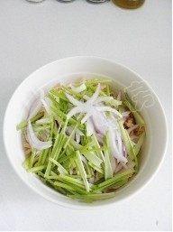 香拌鸡丝,放入洋葱丝和香菜梗