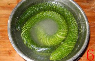 蓑衣黄瓜,将黄瓜放入盆内,用盐水浸泡,放入冰箱冷藏过夜