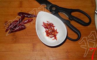 蓑衣黄瓜,辣椒剪成细丝