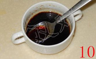 蓑衣黄瓜,生抽三勺,醋1勺,白糖1茶匙,鸡精半茶匙,香油1茶匙,搅匀备用