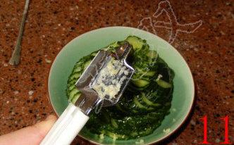 蓑衣黄瓜,将腌好的黄瓜捞出,控干水份,码在盘内,用大蒜研磨器研磨入蒜蓉