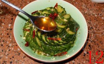 蓑衣黄瓜,淋上辣椒油,浇上调好的酱汁。吃的时候将其用剪刀剪成一段一段的即可