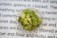 沁心银耳皂角米奇异果羹,此时将新西兰奇异果削皮切小块。