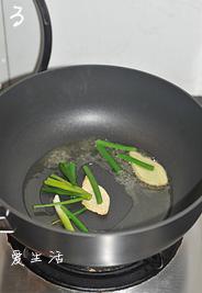 油焖春笋小鲍鱼,锅中油烧热(油要比平时炒菜稍多),中火下姜片和葱段爆香后,捞出扔掉。