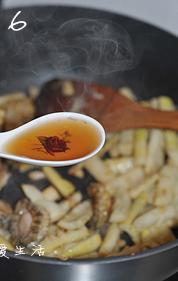 油焖春笋小鲍鱼,加入一汤匙料酒,大火快炒10秒。