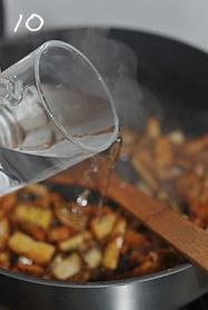 油焖春笋小鲍鱼,倒入小半杯水,转大火。