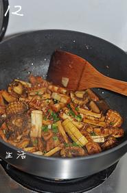 油焖春笋小鲍鱼,开盖转大火收浓汤汁,撒上葱花即可出锅。