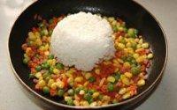 蛋包饭,倒入米饭