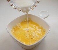 萌萌哒小熊煎蛋吐司,加入牛奶,盐,搅拌均匀。