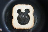 萌萌哒小熊煎蛋吐司,放一小块黄油,放入吐司。