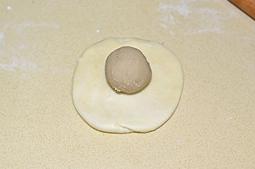 栗子酥,捏成球狀后壓平搟成圓形,包入分好的栗子餡每個25g重。