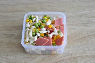 油豆腐塞肉,火腿切片,海鲜菇去杂质洗净